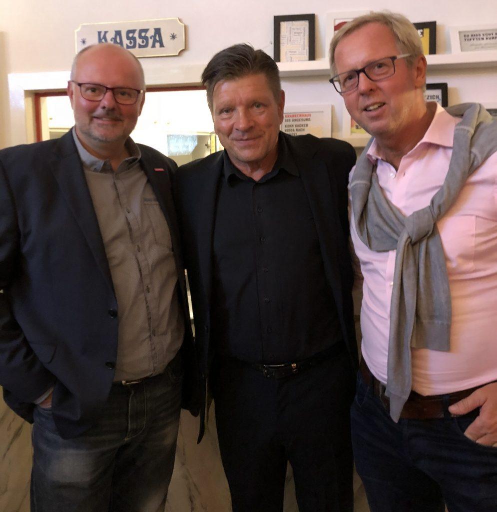 """Obermeister Matthias Rohde (l.) und Geschäftsführer Dirk H. Jedan (r.) mit Brunno """"Günna"""" Knust."""